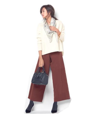白×チョコレートブラウン。織りなす大人カジュアルで抜け感を