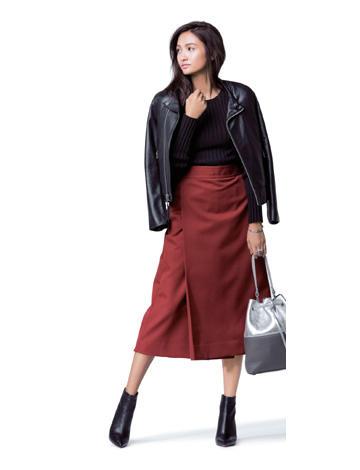 赤ロングスカート×黒トップス×黒ジャケット
