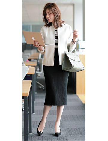 黒タイトスカート×デニムシャツオフホワイトコーデ