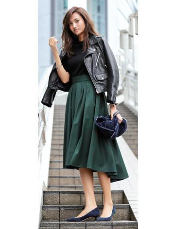 黒ライダース×黒ニット×グリーンスカート