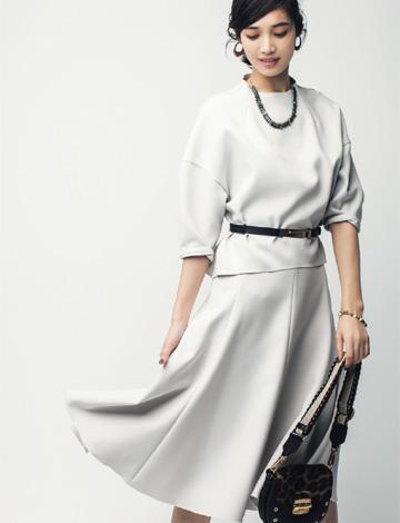 白フレアスカート×白ブラウス