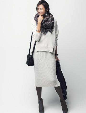 白ニットタイトスカート×グレーモカタイツ