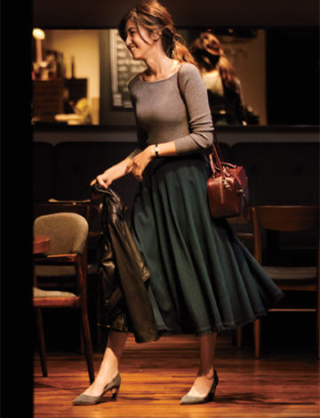 ベージュセーター×グリーンフレアスカート