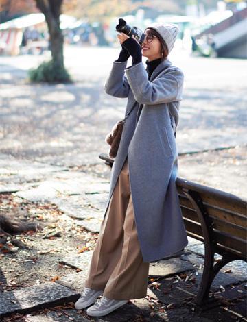 ニット帽子×グレーロングコート