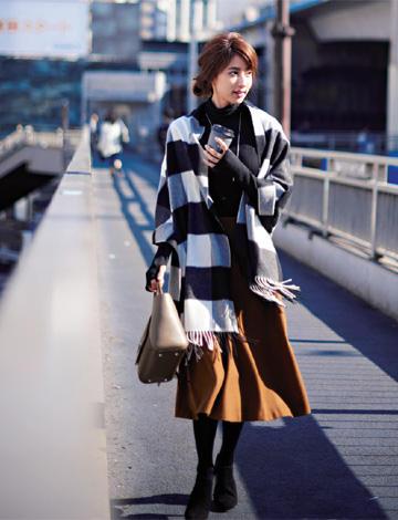 黒ニット×茶色スカート