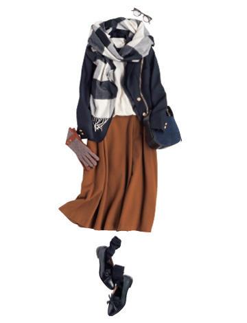 ネイビーダウンジャケット×白ニット×ブラウンスカート