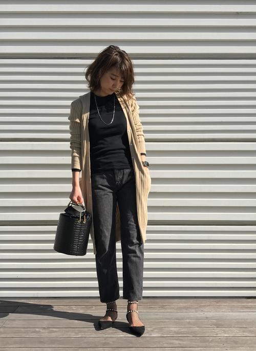 黒セーター×黒パンツ