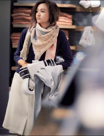 【14】紺ニット×白スカート×ピンクスカーフ