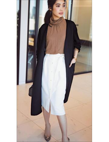 黒ロングニットカーディガン×ブラウンニット×白タイトスカート