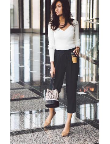 白セーター×黒パンツ