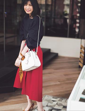赤ロングスカート×ネイビーブラウス