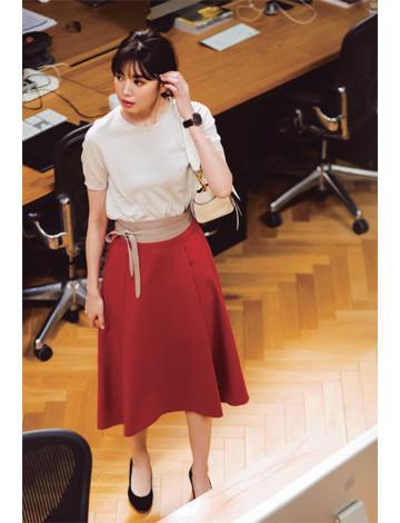 赤スカート×ベージュニット