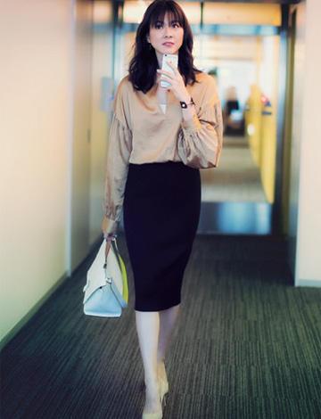 黒スカート×ベージュシャツ