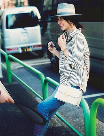 黒ストライプ柄シャツ×デニムパンツ