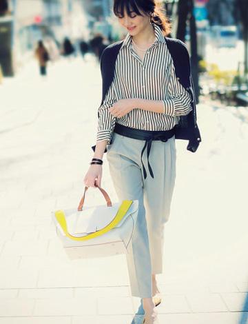 紺カーディガン×ストライプシャツ×ベージュパンツ