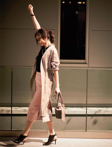 ピンクスカート×黒カットソー×トレンチコート