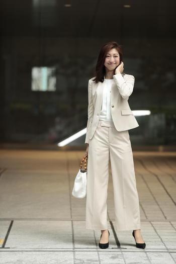 白パンツスーツ×白インナー