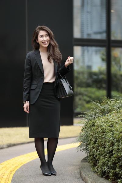 黒スカートスーツ×ベージュニット