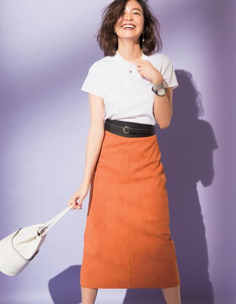 白Tシャツ×スエードスカートコーデ