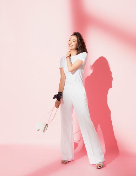 ホワイトTシャツ×ホワイトパンツ