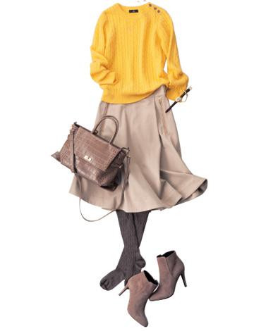 黄色トップス×ベージュスカート