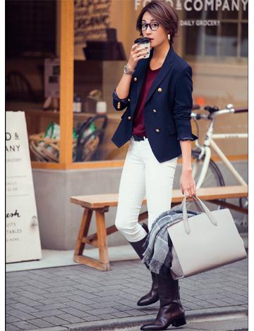 白ジーンズ×コンパクトジャケット×ロングブーツ