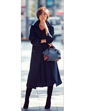 黒プリーツスカート×紺トレンチコート
