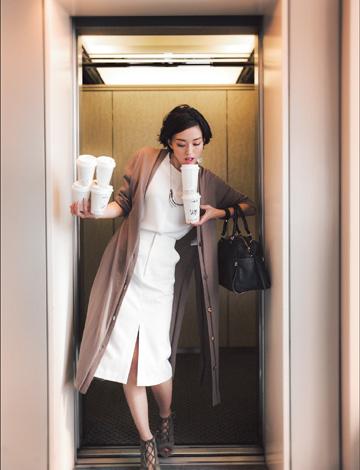 白デニムスカート×淡色ロングカーディガン