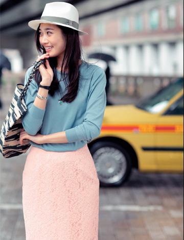 ブルーセーター×ピンクスカート