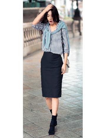 黒スカート×ストライプシャツ