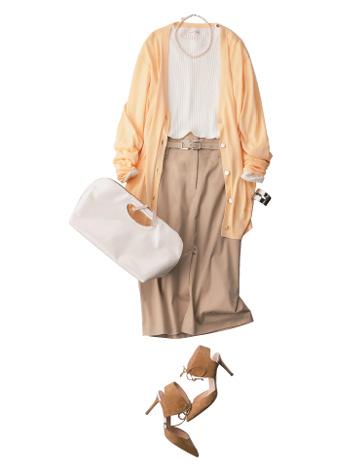 白トップス×ベージュスカート