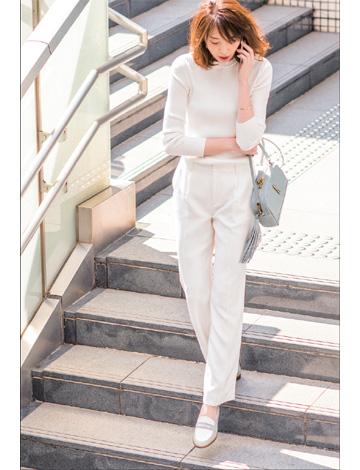 白パンツ×白ニット
