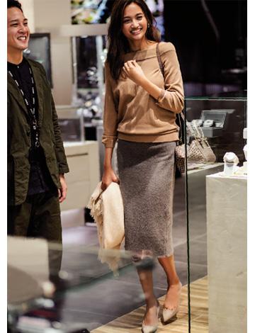ベージュセーター×グレータイトスカート