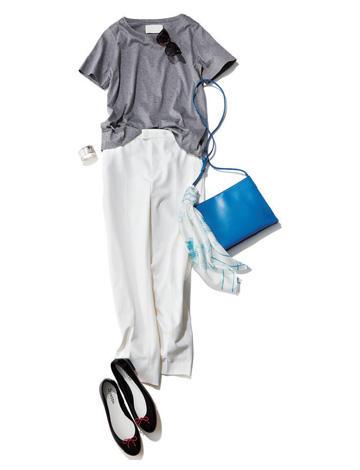 リボン付き黒レインシューズ×Tシャツ×白パンツ