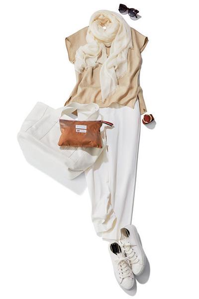 ベージュブラウス×白パンツ