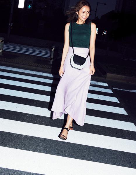 グリーンノースリーブニット×ピンクフレアスカート