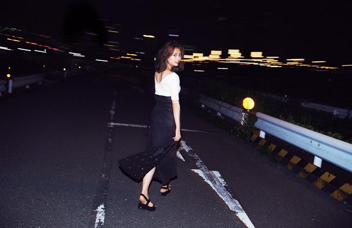 黒ロングスカート×バックコンシャストップス