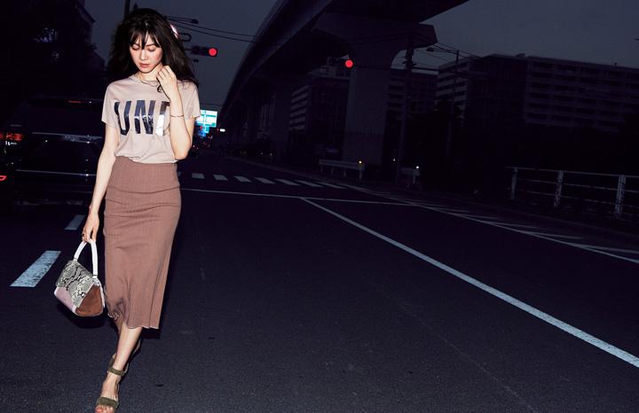 茶色スカート×ベージュTシャツ