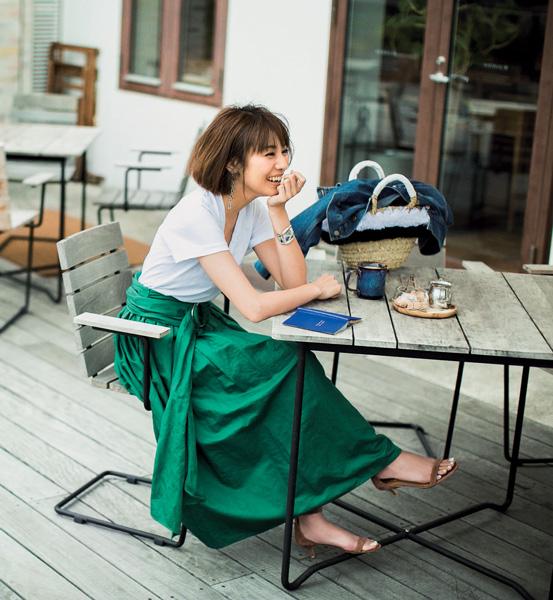 白ティーシャツ×グリーンフレアスカート