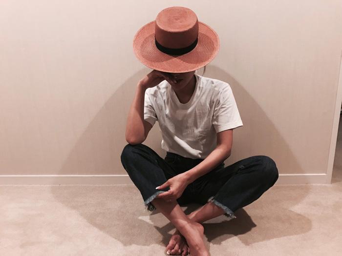 白Tシャツ×デニムパンツ