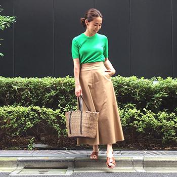 かごバッグ×グリーンニット×ベージュロングスカート
