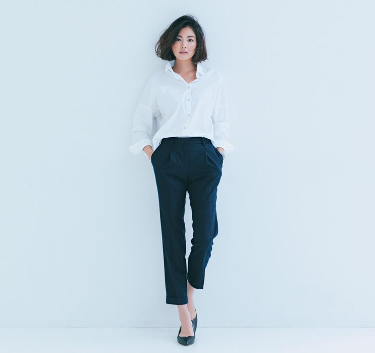 黒パンツ×白オーバーシャツ
