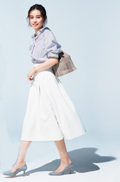 ストライプシャツ×白フレアスカート
