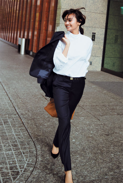 ネイビースーツ×白ハイネックシャツ