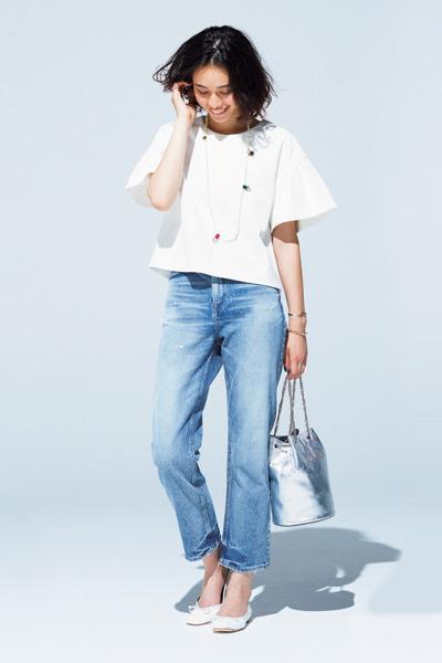水色デニム×白プルオーバーシャツ