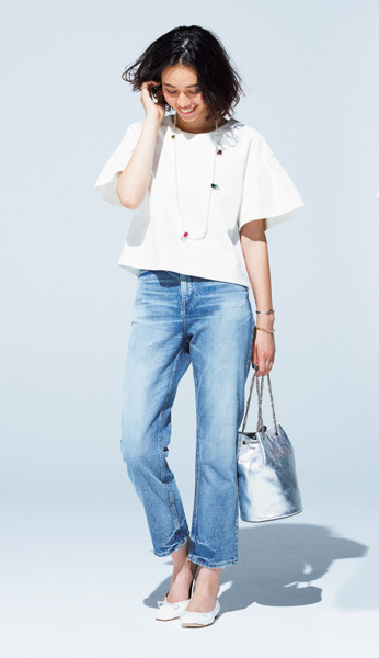 ブルージーンズ×白プルオーバーシャツ