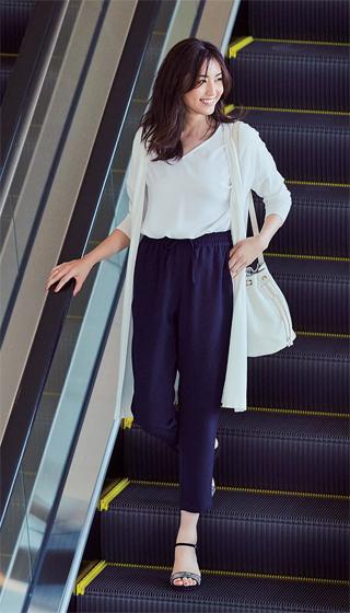 白ロングカーディガン×白Tシャツ×ネイビーパンツ