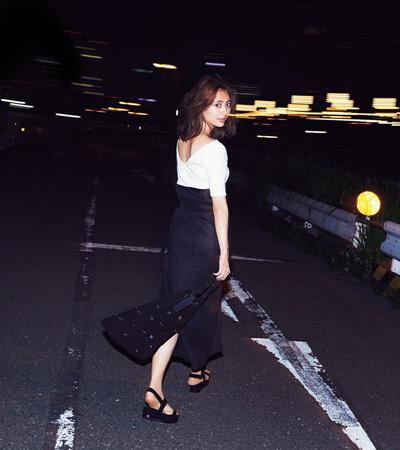 黒マキシ丈スカート×白カットソー