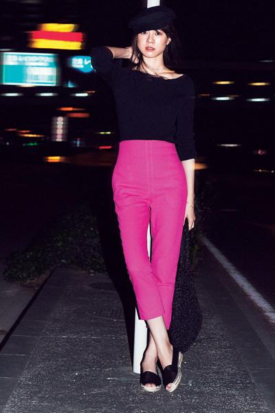 黒パンツ×ピンクコート