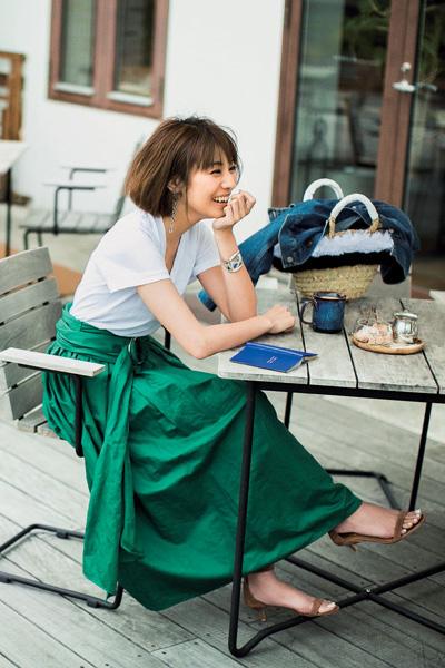 白半袖Tシャツ×グリーンフレアスカート